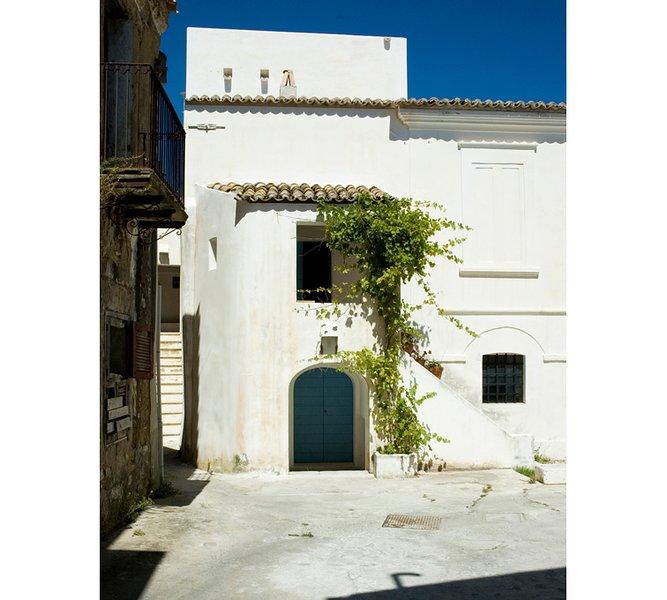 Casa Fazio.  Antica piccola casa con loggia e scala esterna., location de vacances à Province of Crotone