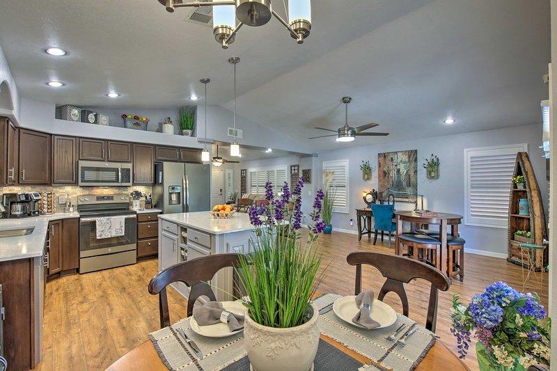 Esta morada de Glendale ofrece un interior acogedor lleno de muebles de alta gama.