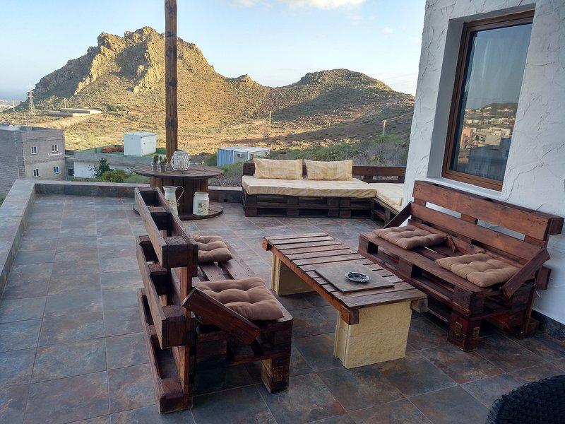 Sofás de la terraza donde disfrutar de una taza de café o un buen libro