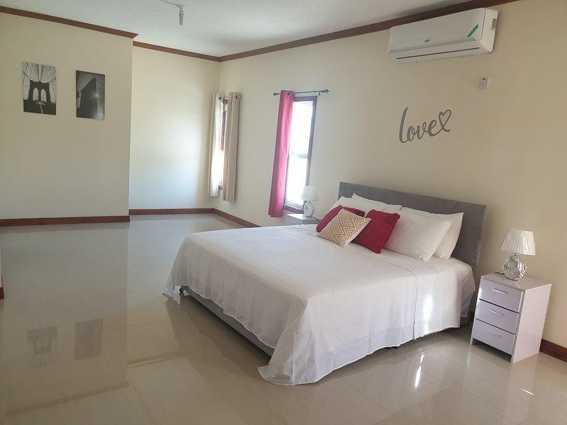 Executive 3 Bedroom with Views & Pool Whatsapp 4416205, vacation rental in Kingston Parish