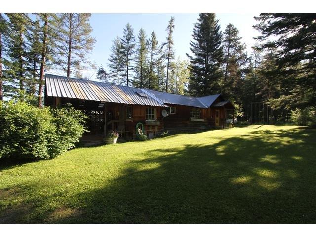 Quin tem um grande deck coberto, churrasqueira, fogueira e um grande quintal ao lado de Abbott Creek.