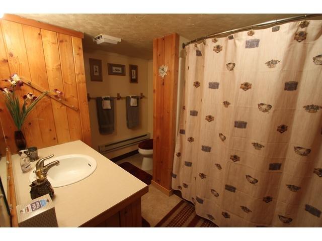 Casa de banho completa com chuveiro / banheira.