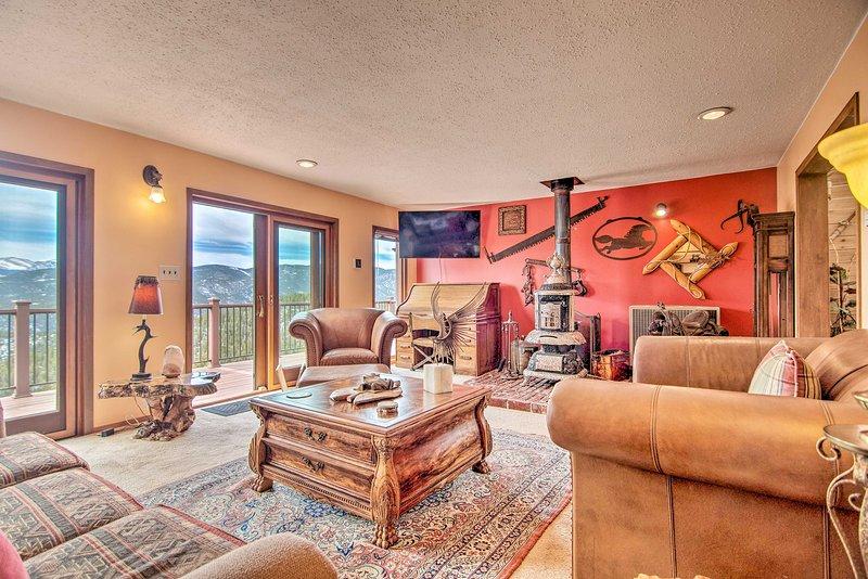 Admira la decoración única de esta casa de alquiler vacacional en Idaho Springs.