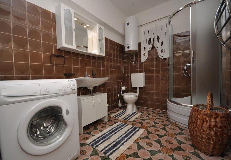 A1 donji(4+2): bathroom with toilet