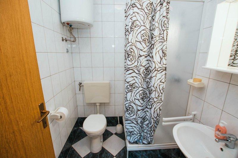 A1 B1(4): bathroom with toilet
