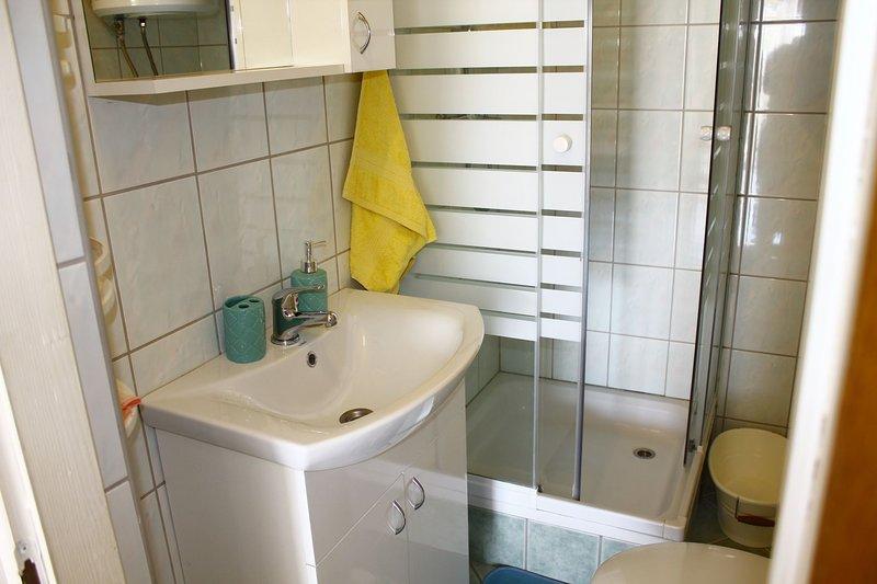 A2 (4 + 2): baño con inodoro.