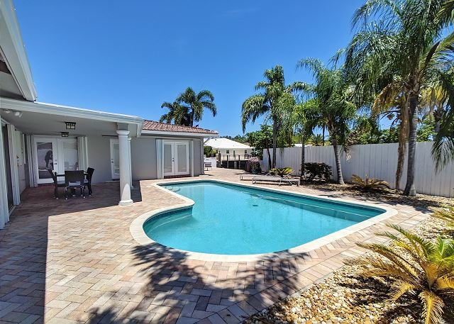 Waterfront Villa with Heated Pool and water views from patio, holiday rental in Fort Lauderdale
