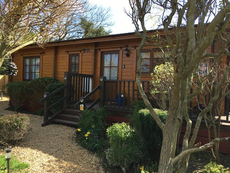 Holly Lodge, Heacham. Norfolk. Adults only log cabin. Close to beach., holiday rental in Heacham