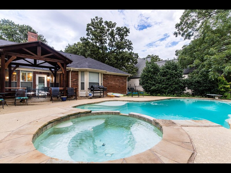 Shady Retreat/near DFW airport/ 4 BR, 2.5 BA  w/pool private and quiet area, location de vacances à Southlake