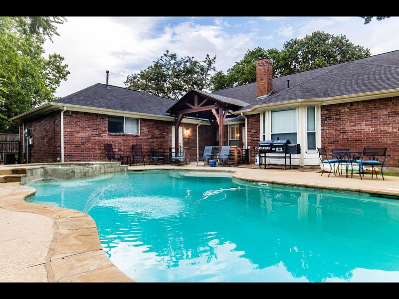 Shady Retreat/near DFW airport/ 4 BR, 2 5 BA w/pool private and