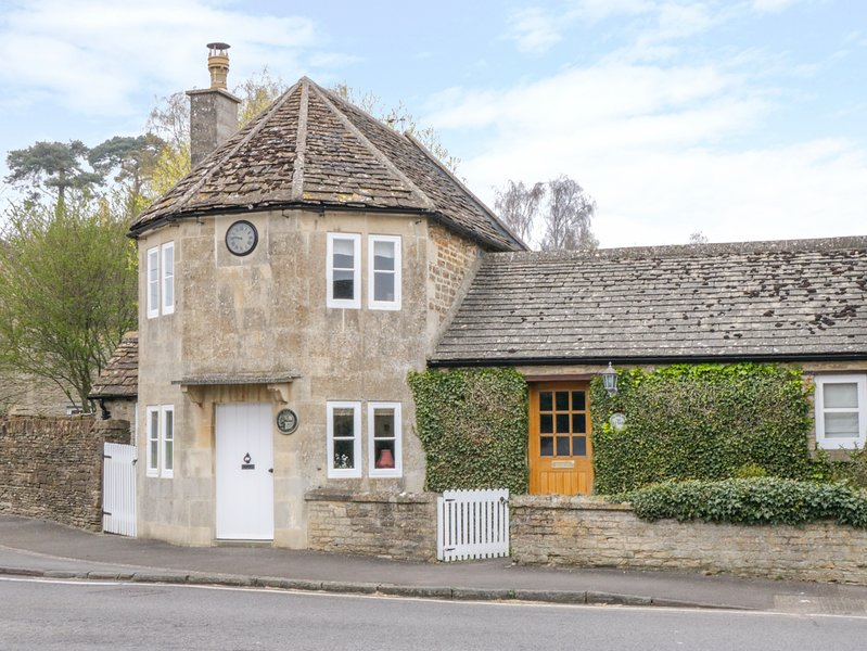 PIKE COTTAGE, WiFi, Enclosed garden, Open fire, Acton Turville, holiday rental in Dyrham