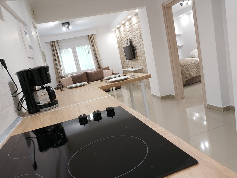THESSALONIKI LUXURY CENTRAL COSY FLAT with NETFLIX, CLOSE TO SEA SIGHT, CENTER, vacation rental in Thessaloniki