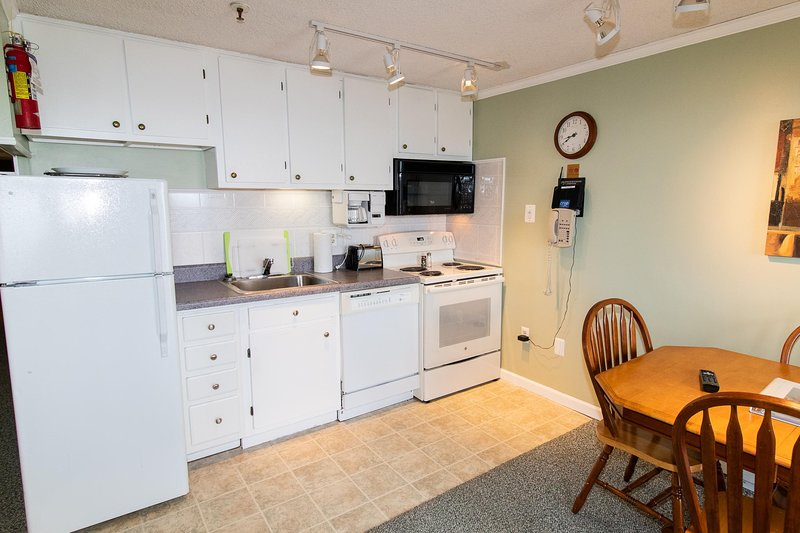 La cucina è completamente attrezzata con pentole, padelle e utensili ... tutto il necessario per cucinare i pasti a casa!