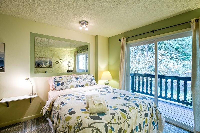 Snowline Lodge Condo #88 - KITCHENETTE, SHARED WIFI, DVD, FULL BATH, SLEEPS-2! Chalet in Mt Baker Glacier