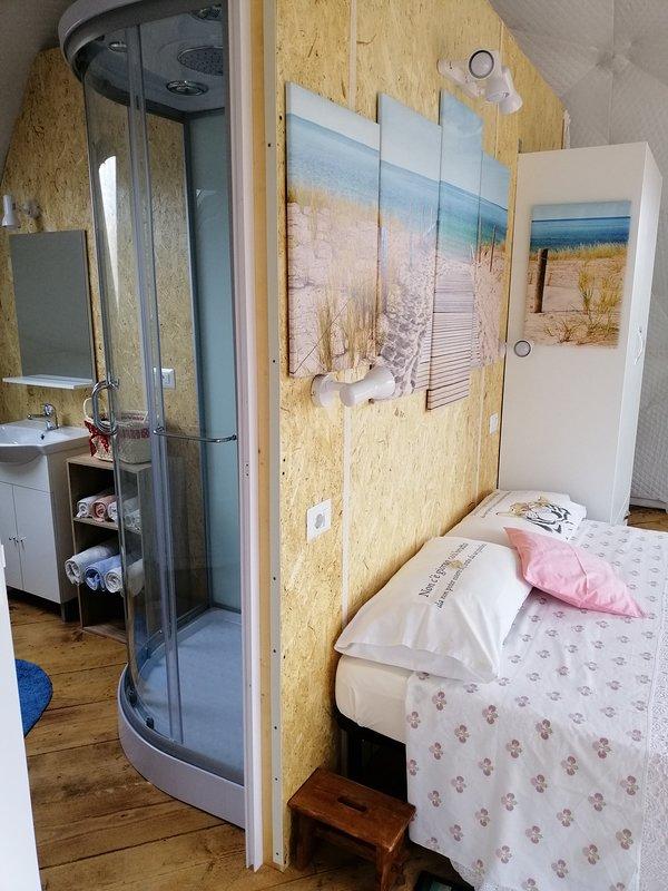 Detalle del dormitorio y baño.