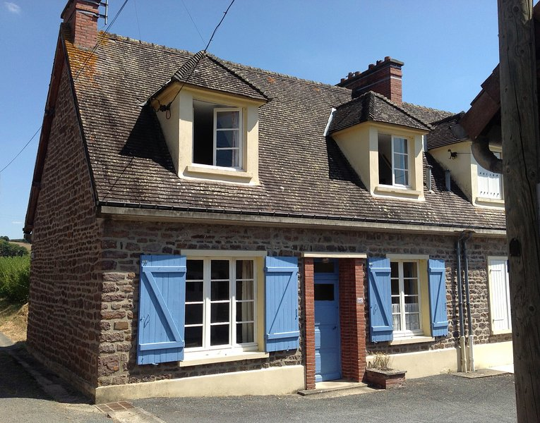 Characterful country cottage in picturesque rural surroundings, vacation rental in La Villette