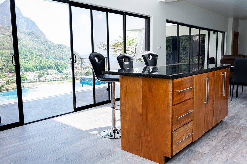 Saba Villa St. Lucia Brand New!! $1M Soufriere Piton & Ocean Views!! Woww!!, aluguéis de temporada em Soufriere