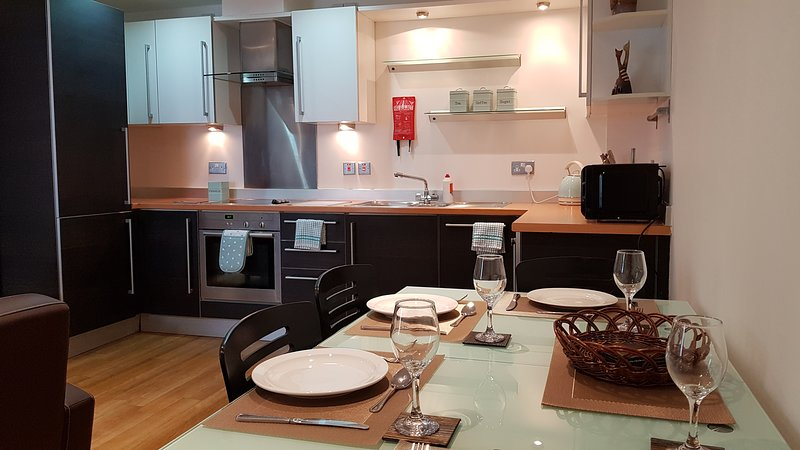 Lovely quiet apartment, near station, plus parking, Ferienwohnung in Guildford