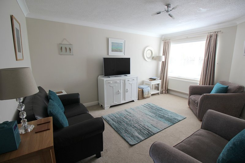 2 free allocated parking spaces, 3 bedrooms, 2 bathrooms & downstairs cloakroom. Smart tv, free wifi