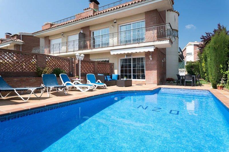 FAMILY HOUSE WITH  POOL VERY CLOSE TO THE BEACH, alquiler de vacaciones en Arenys de Mar