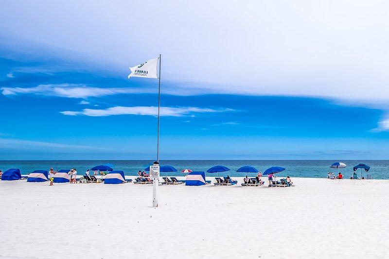 Top-floor dog-friendly condo w/shared pool & fantastic views-right on the beach, location de vacances à Orange Beach