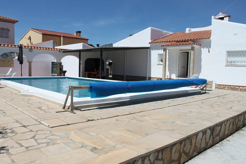 Spacious villa with swimming-pool, vacation rental in Masriudoms