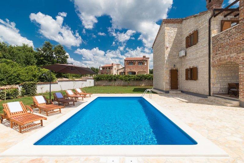 La piscine de 32m2 offre beaucoup de plaisir en été / La piscine de 32 m² offre beaucoup de plaisir en été