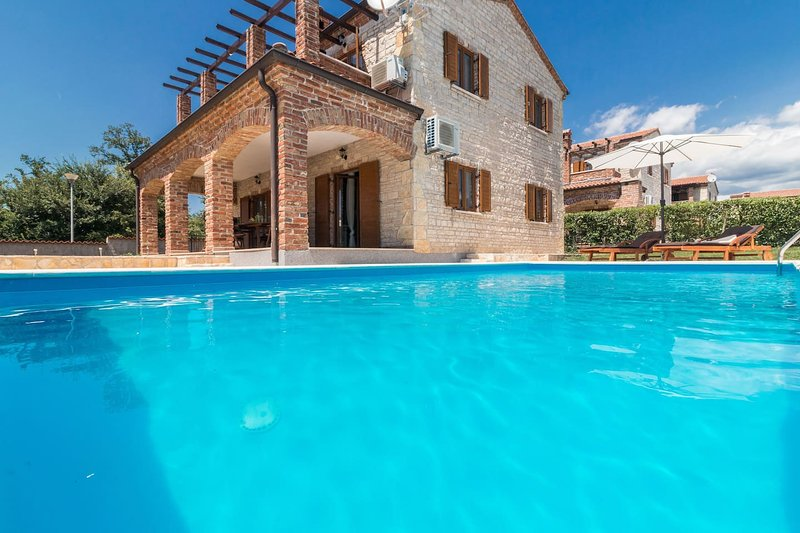 Villa Orlene with Pool, 4 Air Conditioning units, vacation rental in Svetvincenat