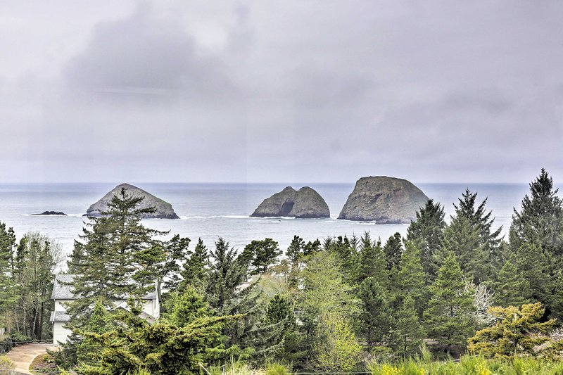 Oceanside Beach Home w/ 180-Degree Views!, holiday rental in Cape Meares