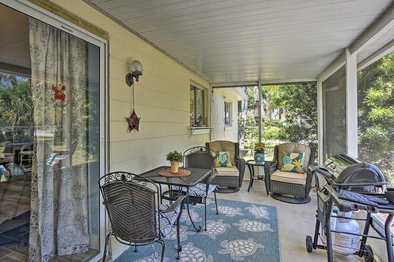 Avec vos compagnons de voyage, détendez-vous et dînez dans le patio aménagé!