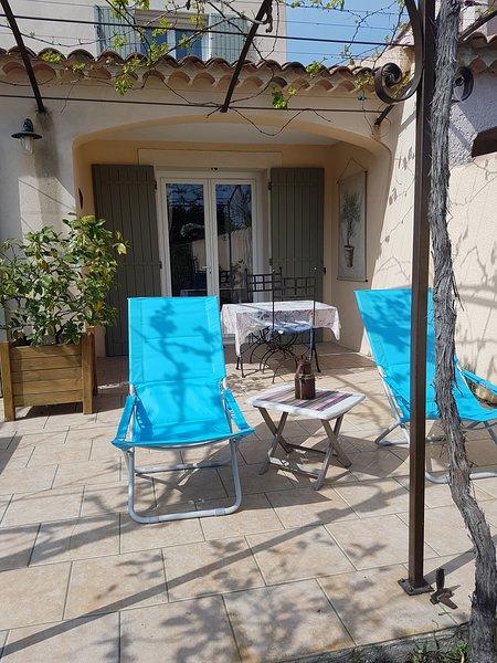 Chambre d hôtes avec piscine a 2 km de l Isle sur la Sorgue.Jardin et terrasse., holiday rental in Le Thor
