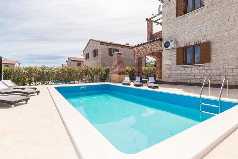 Villa familiale Bérénice avec piscine, parc pour enfants, barbecue, terrain de sport et de tennis