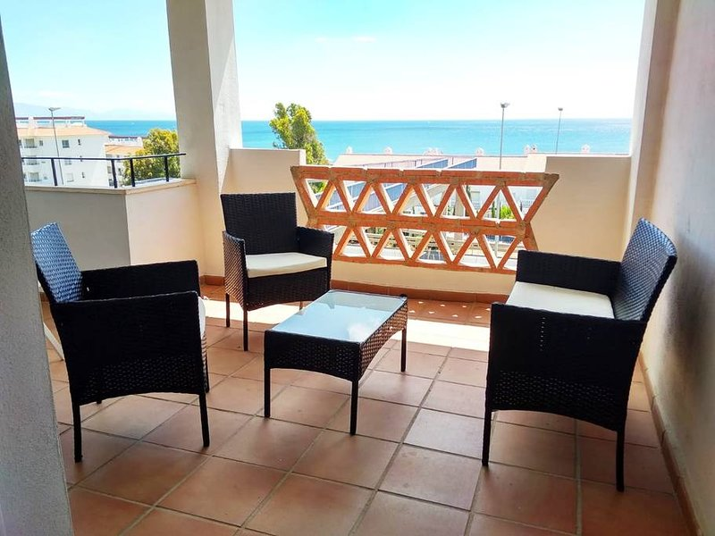Nice apt with pool access & terrace, vacation rental in San Martin del Tesorillo