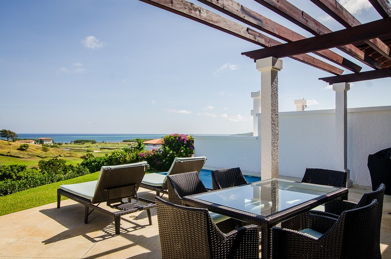 Villa 1331 At Pristine Bay Golf & Ocean views, alquiler vacacional en French Harbour