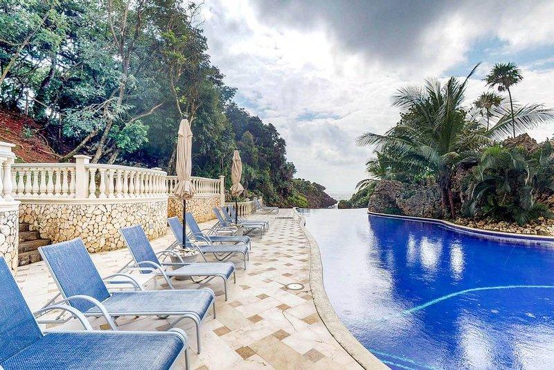 2 minutos a pie de la impresionante piscina infinita con muchos asientos
