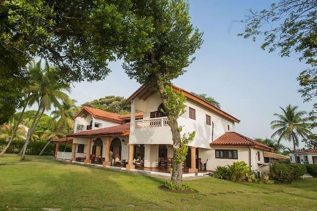 Spacious oceanfront villa, vacation rental in Sosua