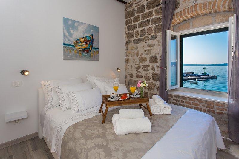 Seafront apartment in historical Cippico castle, alquiler de vacaciones en Kastel Stari