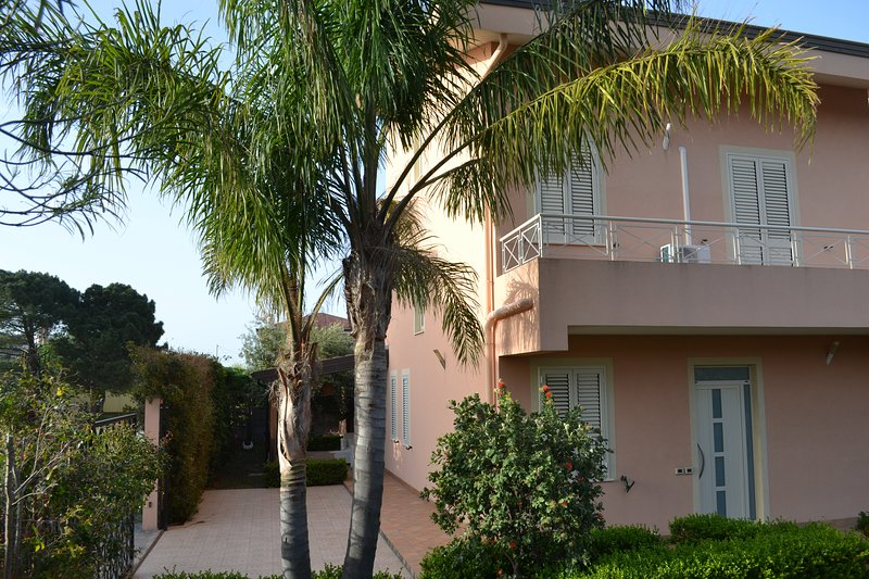 Villa con giardino fronte mare 200 mq vista isole eolie, holiday rental in Patti