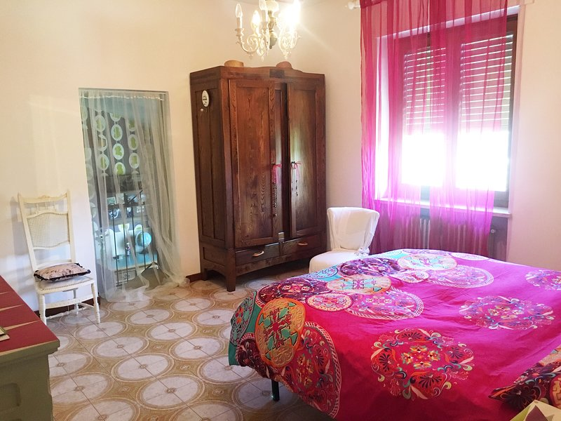 Casa San Rocco Viverone: ampia camera matrimoniale con bagno privato e parking, holiday rental in Viverone