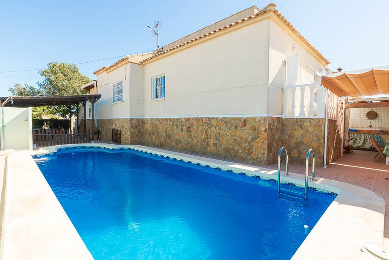 Villa Chaparral Private Pool, BBQ, 3 beds (sleep 9), Torrevieja, vacation rental in Torrevieja