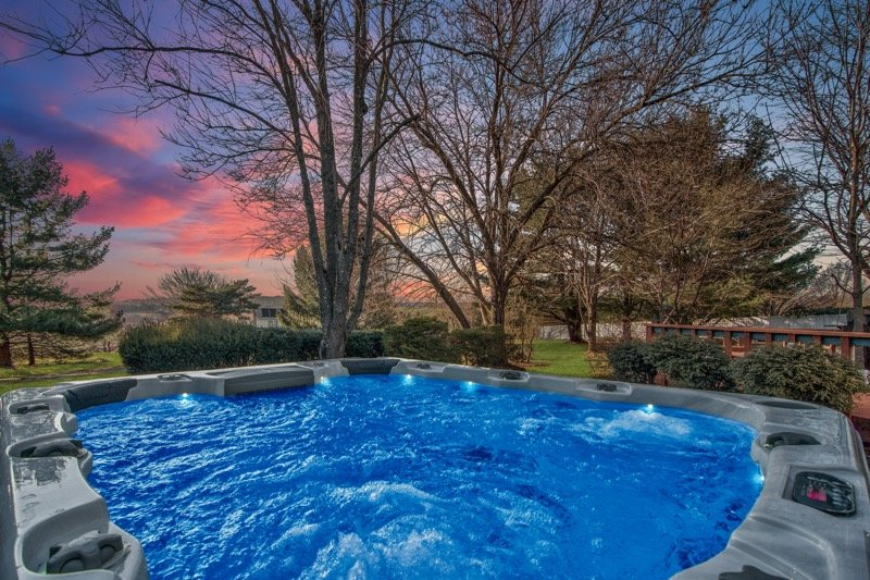 Private heated INDOOR POOL and XL outdoor HOT TUB, vacation rental in Danielsville
