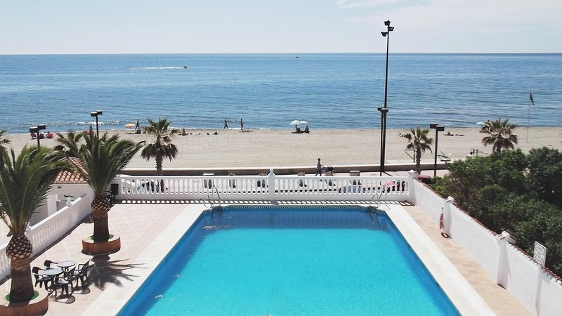 Your Home in the Sun. Beachfront Apartment with Pool and Sea Views, alquiler de vacaciones en Fuengirola
