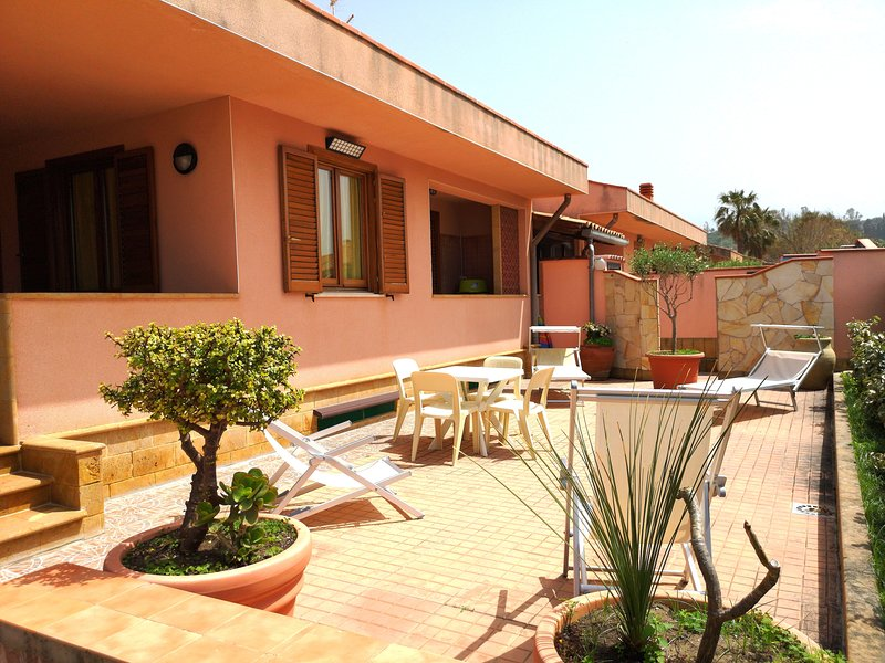 WELL-LIT MEDITERRANEAN VILLA WITH VERANDA AND GARDEN ONLY 50 METERS FROM THE SEA, holiday rental in Campofelice di Roccella