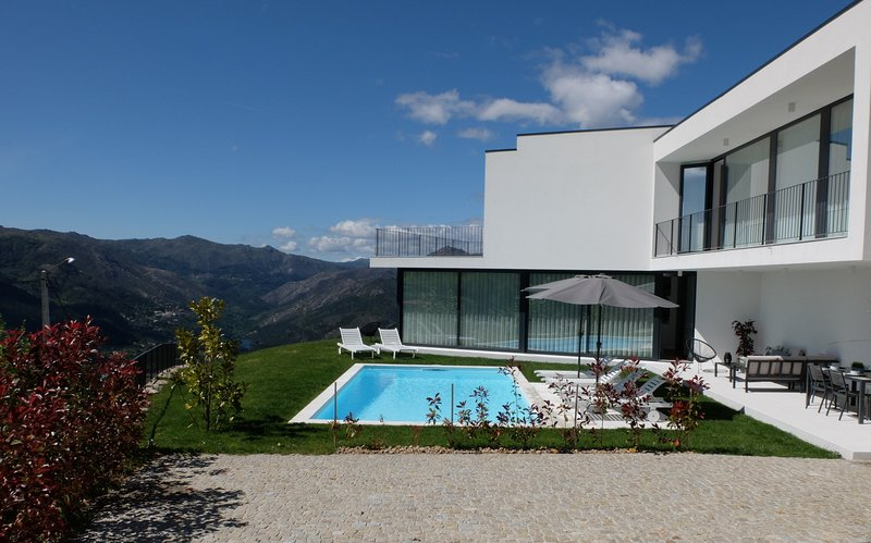 National Park Peneda Gerês - Modern house with amazing views, holiday rental in Sobradelo da Goma