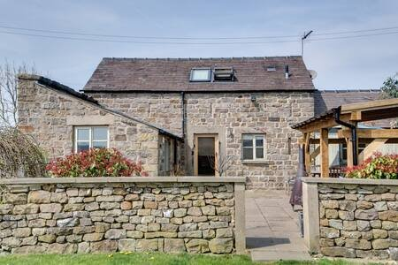 Beautiful Peak District Barn, holiday rental in Calver