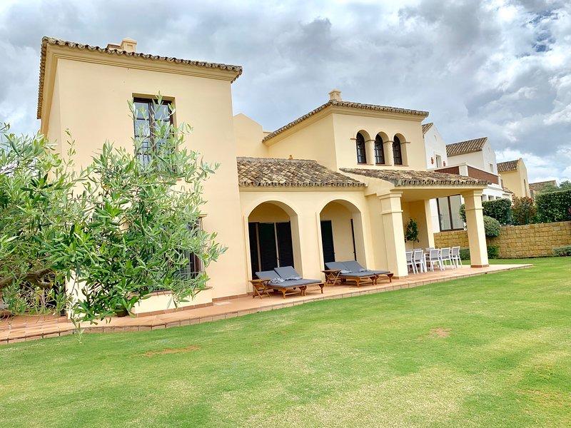 Luxury villa in Los Cortijos de la Reserva  next to La Reserva Golf Club, holiday rental in San Roque