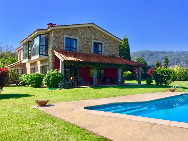 Elegant, Beautiful Villa with Pool and Stunning Water Views!, alquiler de vacaciones en Ortigueira