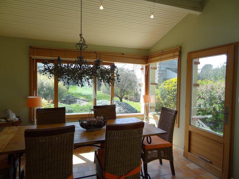 Spacious house with sea view, alquiler de vacaciones en Matignon