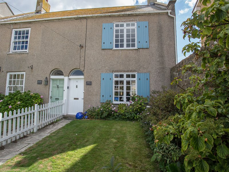 BROCK COTTAGE, pet-friendly, WiFi, in West Bay, holiday rental in West Bay