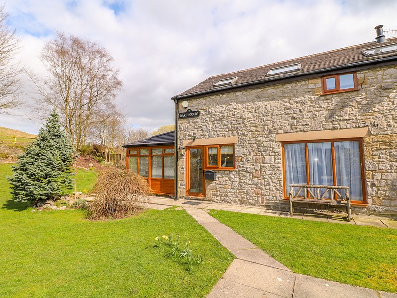 MONK'S COTTAGE, hot tub, woodburner, pet-friendly, Buxton, holiday rental in Buxton